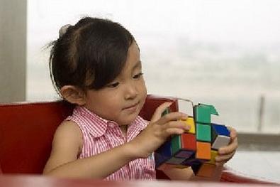 幼儿时期的孩子进行<a href=http://www.jingsi.org.cn/ target=_blank class=infotextkey>注意力训练</a>.jpg